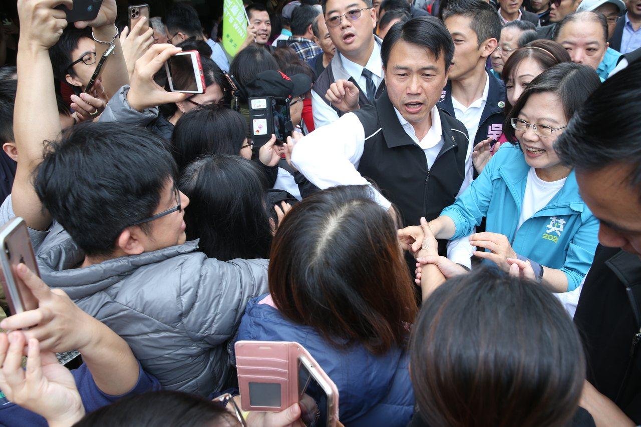 蔡英文總統上午陪民進黨立委參選人吳怡農、許淑華在南京市場拜票,並宣導幼兒國家一起...