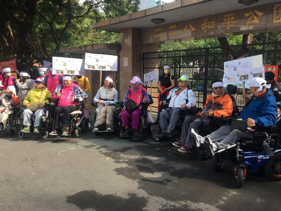 台灣國際勞工暨雇主和諧促進協會今召開記者會,呼籲政府恢復外籍看護工的定期妊娠檢查。記者葉冠妤/攝影