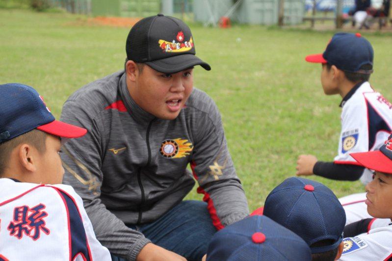 林政賢得知被釋出後,在關懷盃仍面帶笑容與小球員互動。記者葉姵妤/攝影