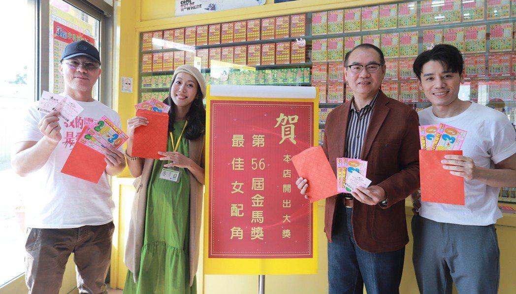 電影「我的靈魂是愛做的」男主角邱志宇(右一)、導演陳敏郎(左一)一同現身彩券行。