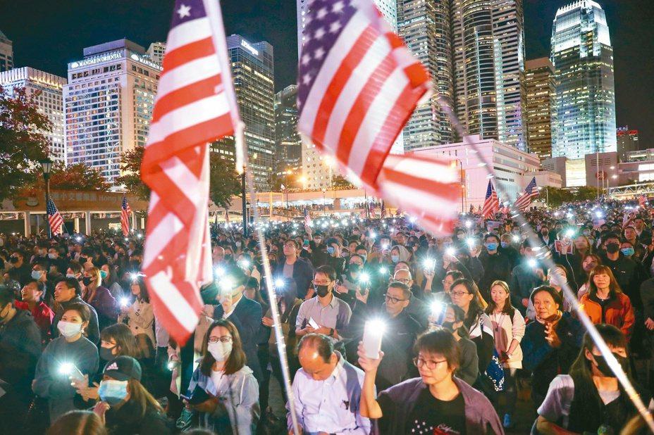 香港反送中示威者在中環愛丁堡廣場舉行「『香港人權與民主法案』感恩節集會」,感謝美國總統川普簽署法案。(路透)