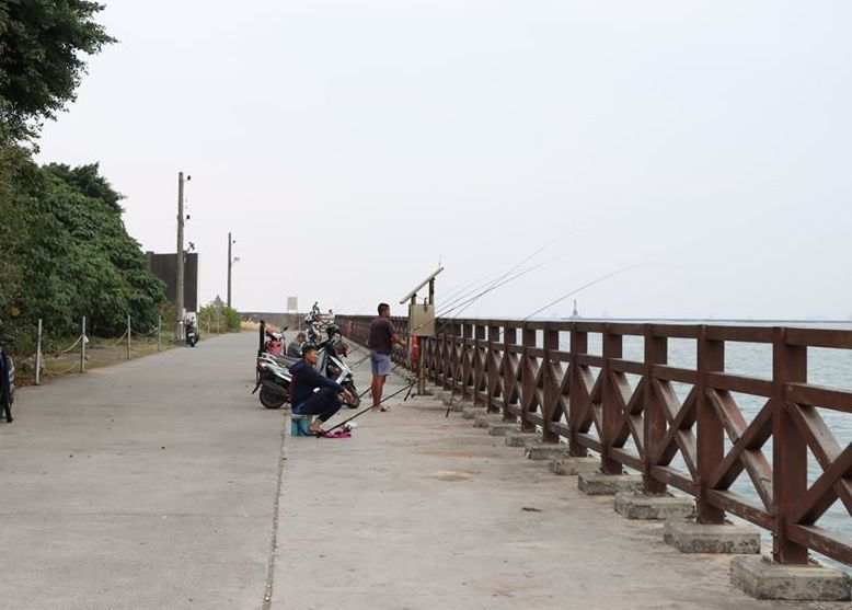高雄旗后山下的護岸是高雄港一港口唯一合法垂釣區。 記者林保光/翻攝