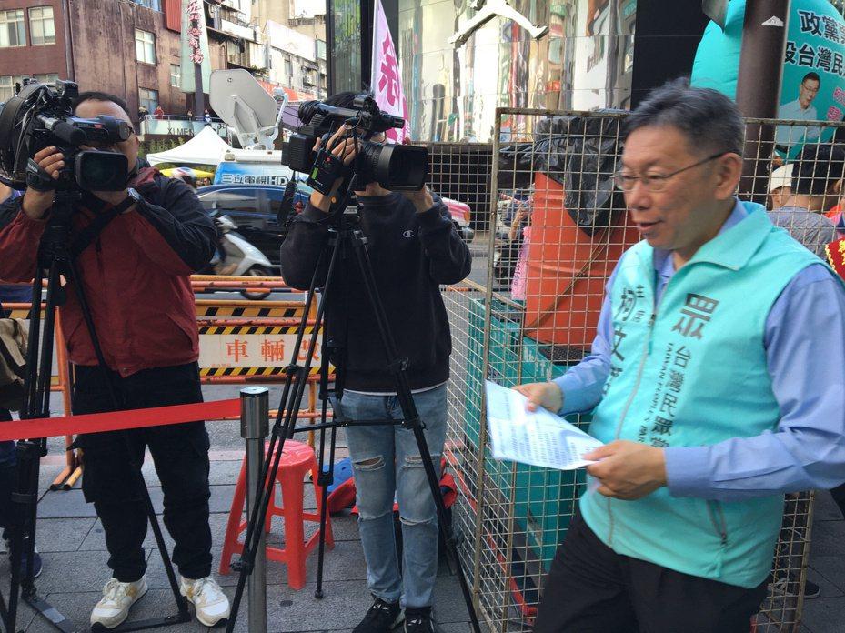 對於郭台銘上午說「柯市長所有批評我都接受,因為柯市長說搞台獨的都垃圾」,柯文哲下午特別接受媒體訪問,澄清此事。記者郭頤/攝影