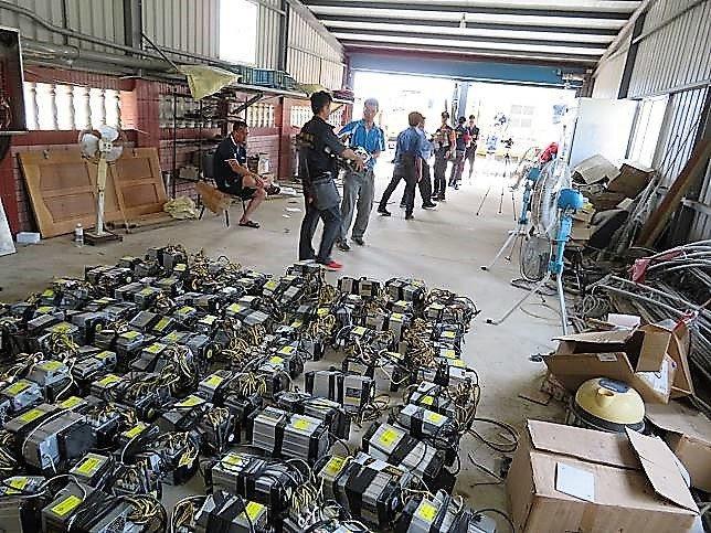 嘉義縣警方去年在東石鄉查獲竊電,現場起出挖礦設備、大量電源供應器等。 本報資料照