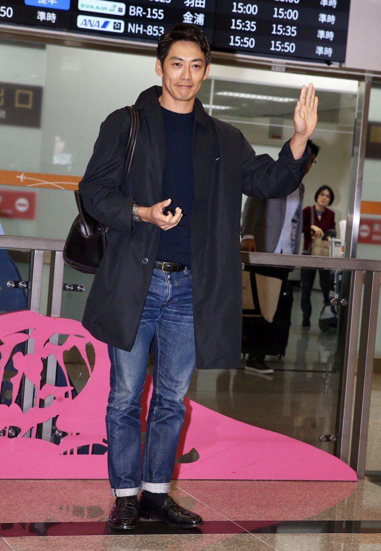 反町隆史以古著混搭潮流的簡約,現身松山機場。記者徐兆玄/攝影