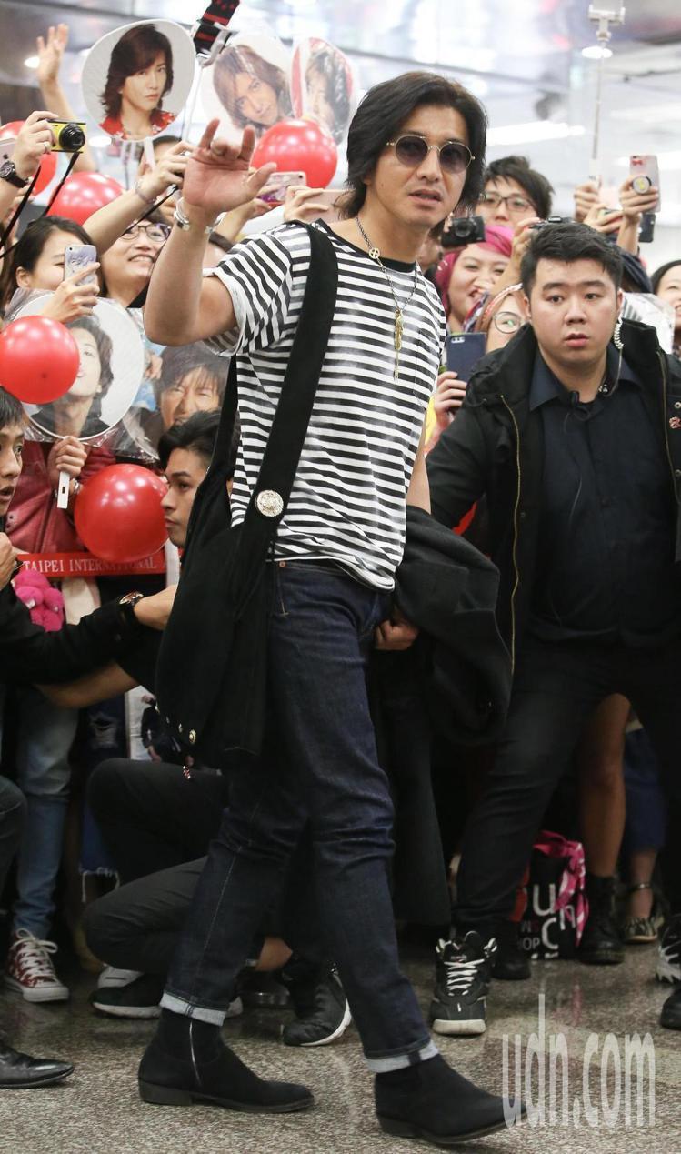 木村拓哉來台參加201亞洲時尚大賞時,戴著他最愛的Goro's羽毛項鍊展現美式復...