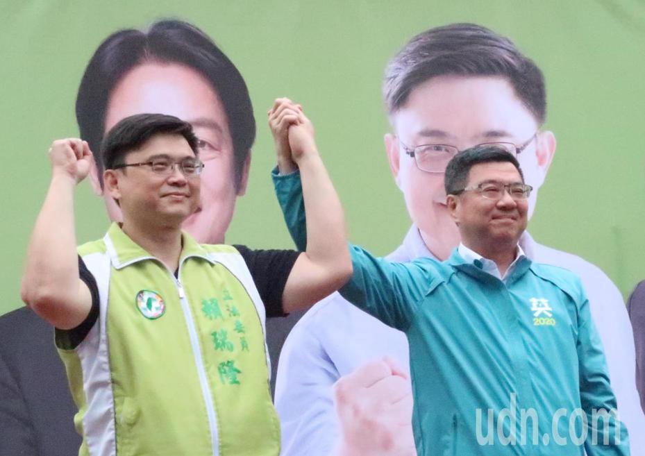 民進黨主席卓榮泰(右)在高雄參加黨籍立委參選人賴瑞隆(左)西甲後援會成立大會。記者徐如宜/攝影
