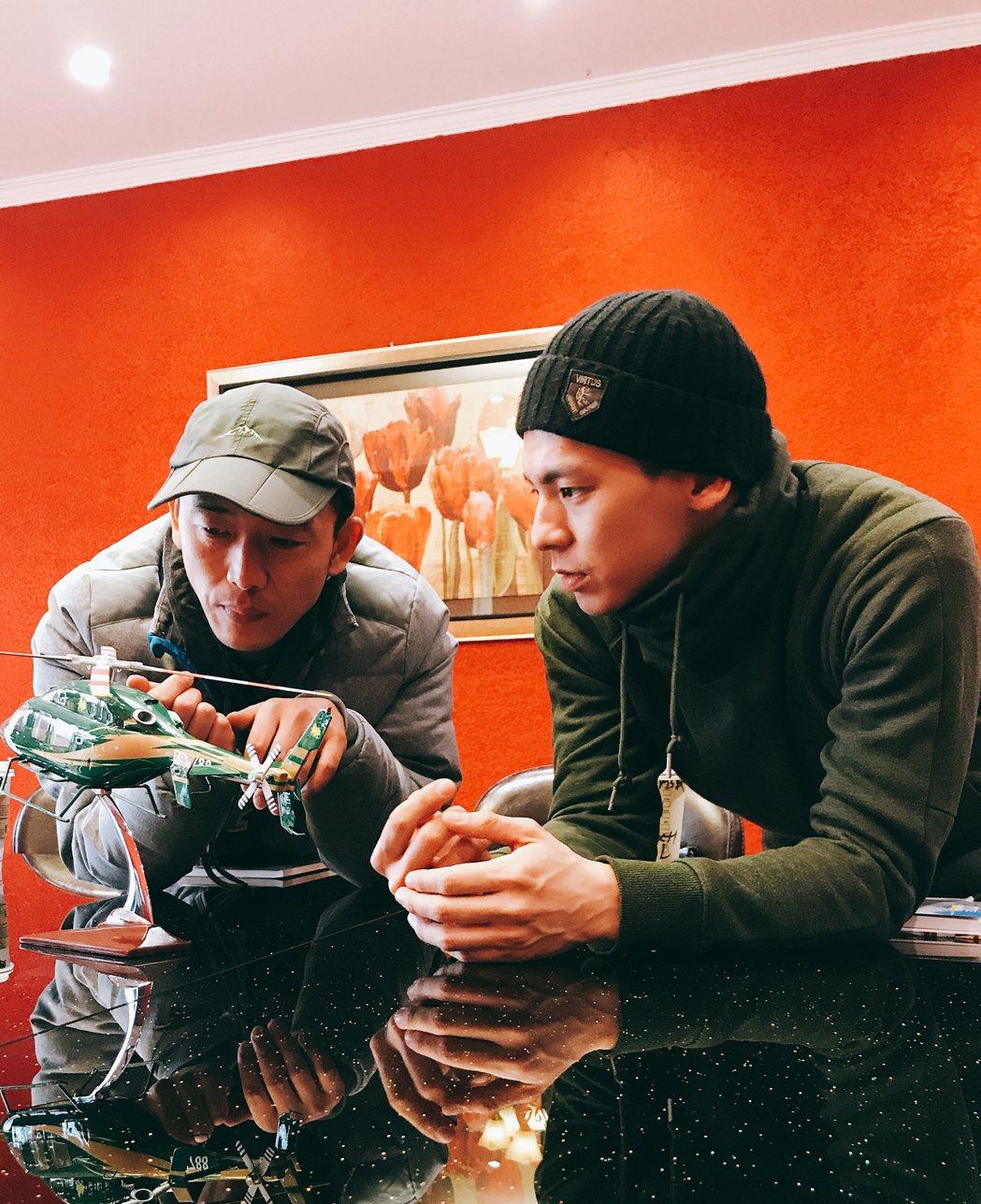 林柏宏(右)向專業直升機教練詢問請教。圖/周子娛樂提供