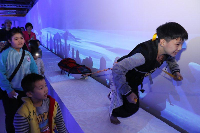 新北市新莊丹鳳國小學生小龍挑戰拉50公斤的雪橇。圖/新北社會局提供