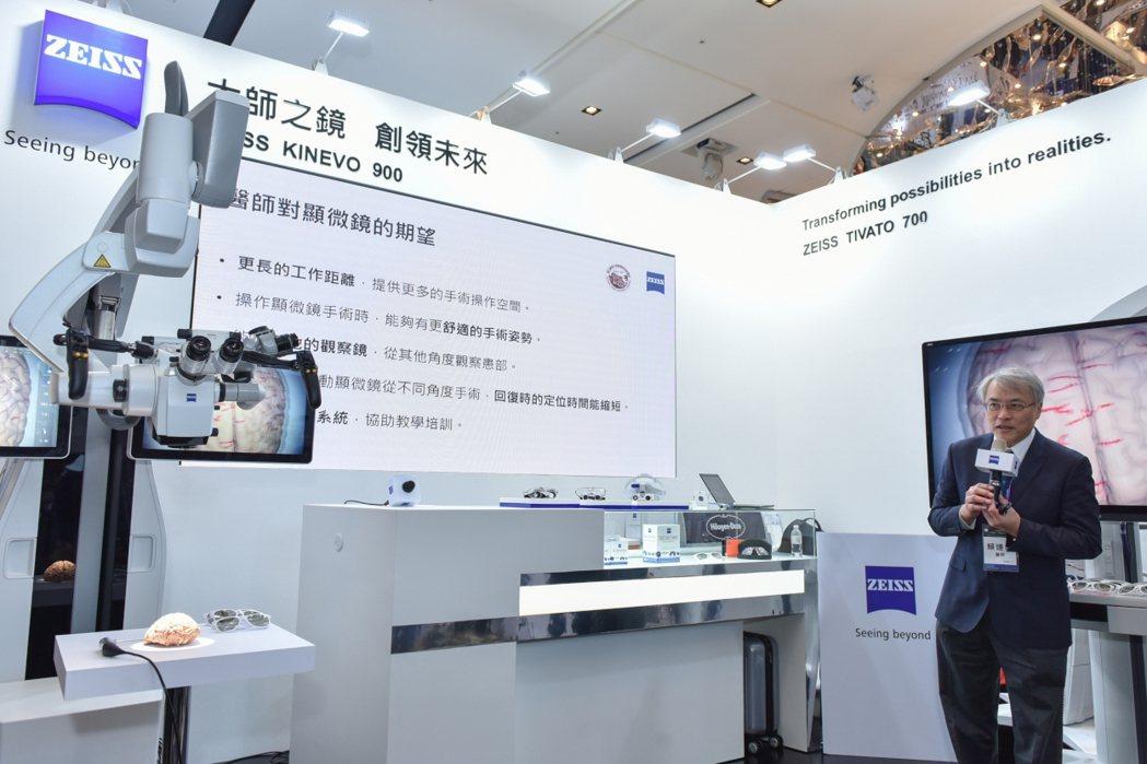 台大醫院神經外科賴達明主任進行簡報,說明新型機器人輔助顯微鏡所配置的超微觀察鏡,...