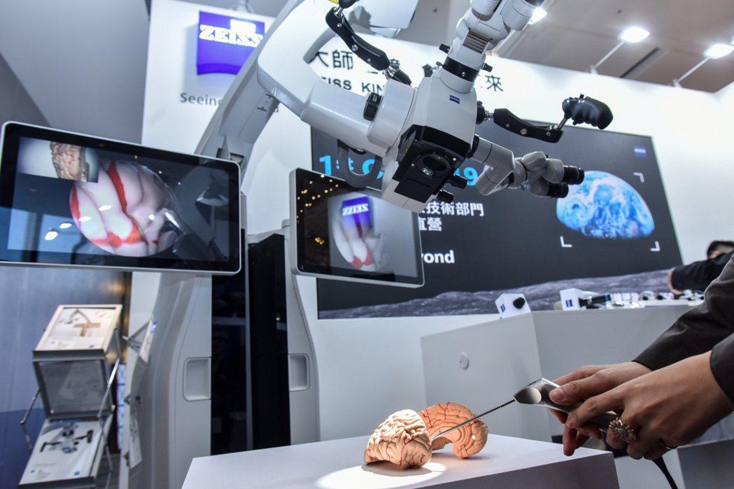 為期兩天的台灣神經外科學術研討會現場攤位中,展示超微觀察鏡及外視鏡技術儀器操作。...