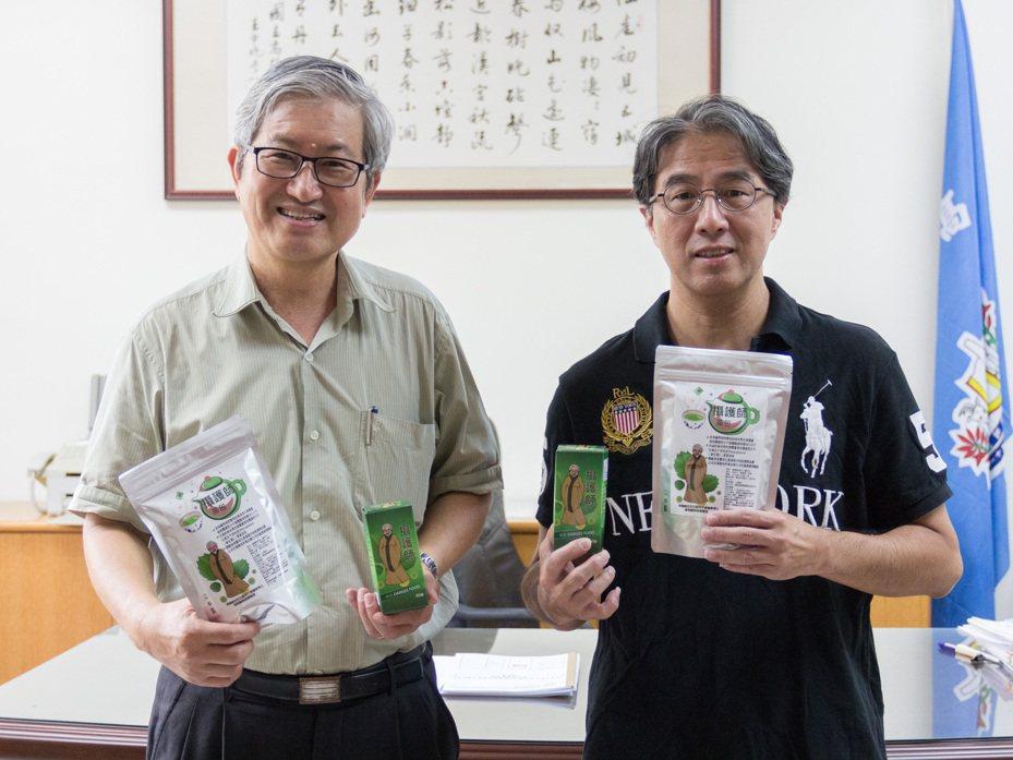 高師大校長吳連賞(左)肯定研發人化學系教授林相儒(右)的研究成果。圖/高師大提供