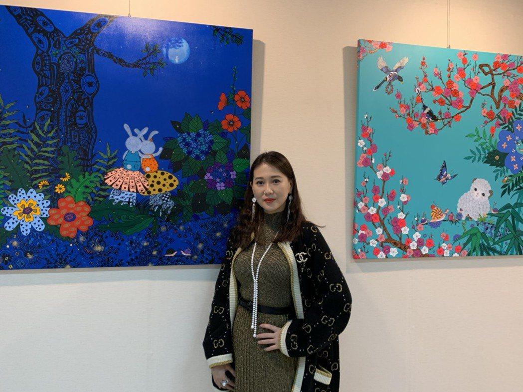 米凱莉和自己的畫作合影  記者 楊起鳳/攝影
