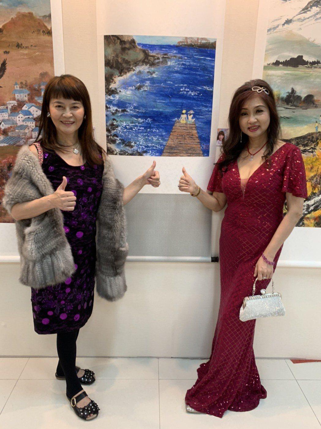 程秀瑛(左)和龔蓮華一起參加「第五屆兩岸影視名家書畫展」 記者 楊起鳳/攝影