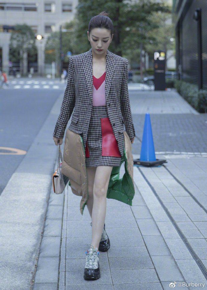 趙薇穿BURBERRY蘇格蘭羊毛外套,搭襯Lola拼色絎縫包款以及Arthur運...
