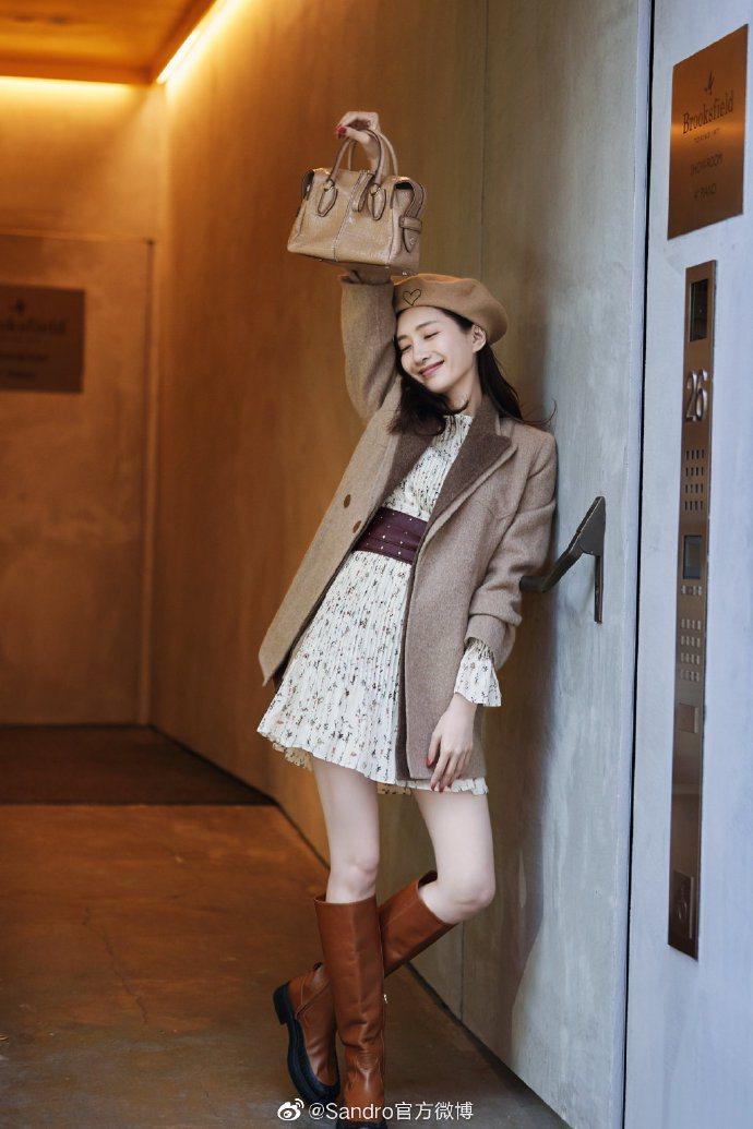 江疏影身穿sandro西裝外套與碎花裙,酒紅色鉚釘皮革腰帶是畫龍點睛的搭配。圖/...