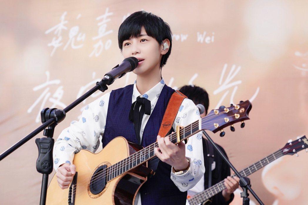 魏嘉瑩舉辦「夜空裡的光」簽唱會。圖/小魏工作室提供