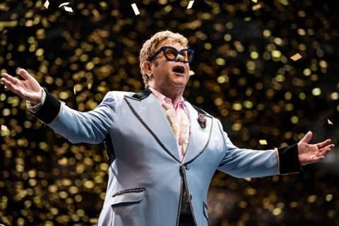 72歲英國歌手艾爾頓強曾於2年前罹患前列腺癌,經過手術治療後已無大礙,但他近期接受「BBC 1」電視台訪問時,自爆在手術結束後2周就在拉斯維加斯公開演唱,因為還無法完全控制膀胱,只好包尿布上台演唱,...