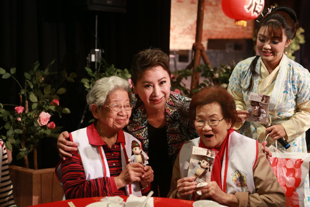 陳亞蘭舉辦歲末公益尾牙,邀請獨居弱勢家庭吃辦桌。圖/寶麗來提供