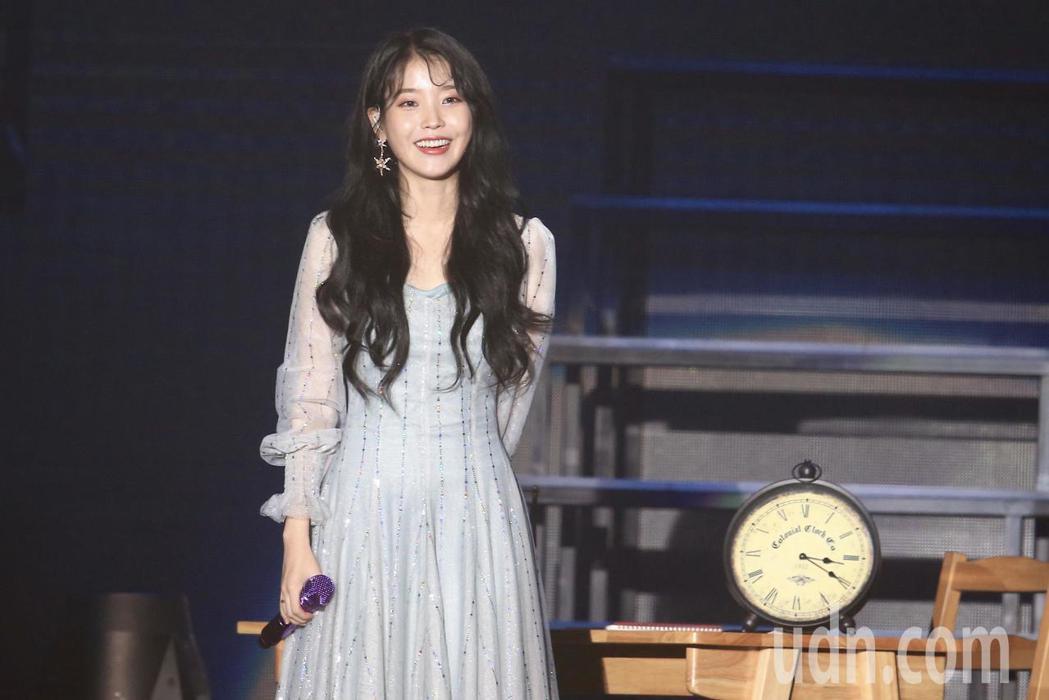 韓國人氣女星IU,將台北當作海外巡迴演唱會的首站,晚上在國立體育大學舉行演唱會。...