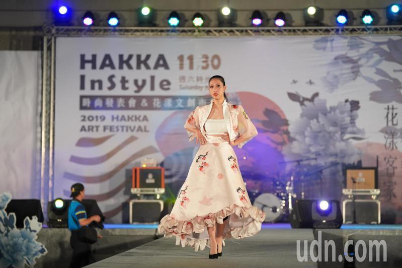 由年輕人所領軍的「HAKKA In Style時尚發表會」,總計超過60位大專院校時裝設計師共同參與這場時尚盛事。記者高宇震/攝影