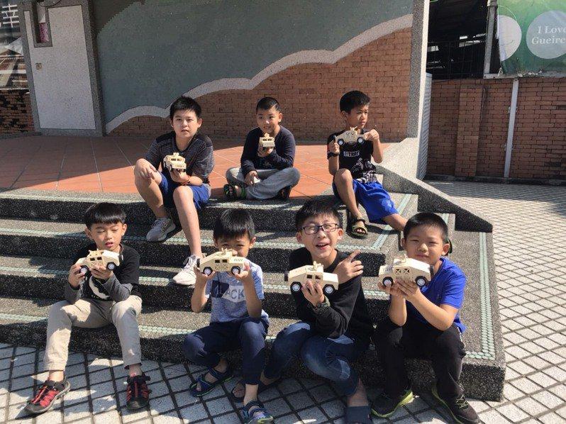 徐福昌致力教孩童自製四輪驅動車,小朋友開心展示DIY成果。圖/徐福昌提供