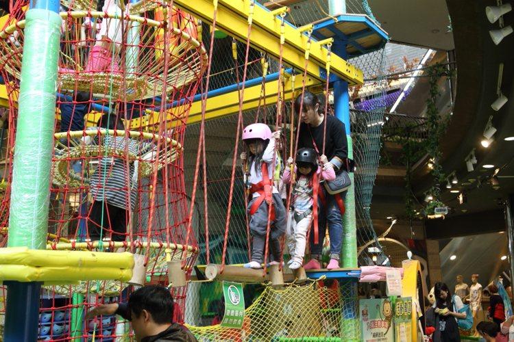 挑戰兒童體能的「奇幻島」,是許多小朋友的成長回憶。記者陳睿中/攝影