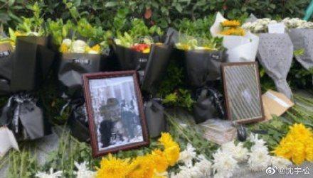 粉絲自發性在杭州殯儀館外貼上紙條悼念。圖/摘自微博