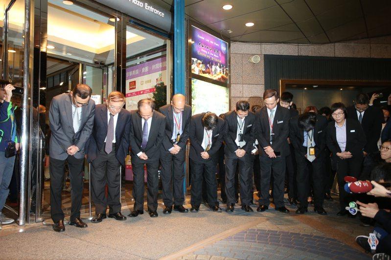 京華城董事長陳立坤率領一級主管,共同於京華廣場入口處向民眾鞠躬致謝。
