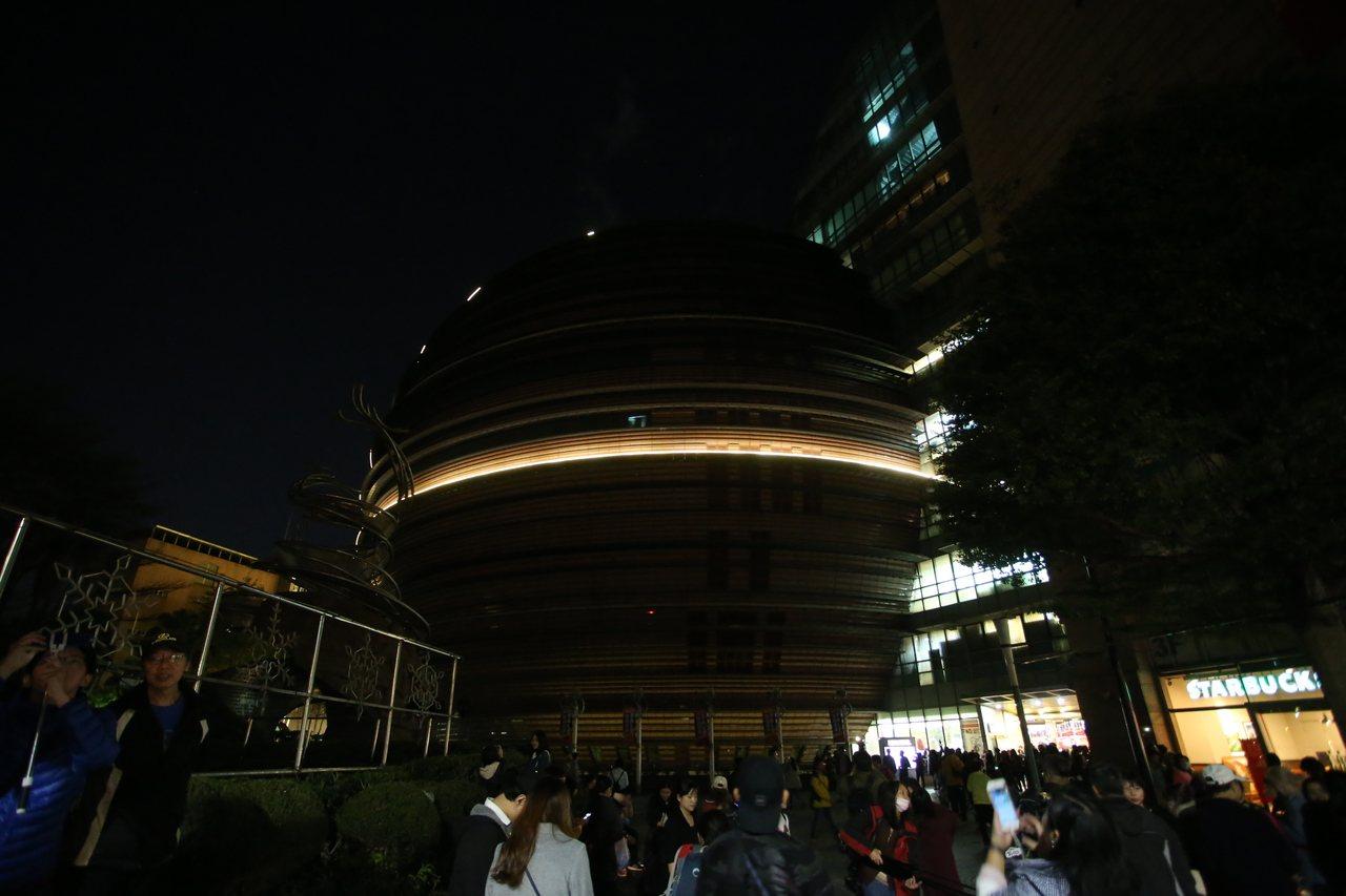 京華城最後一夜熄燈,一度留下一條「光之腰帶」。