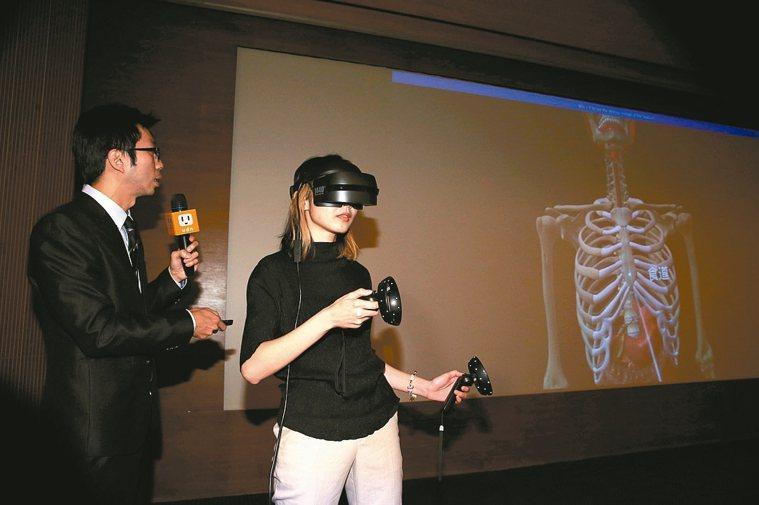 台安醫院胃腸肝膽科醫師葉秉威(左)引領聽眾用VR窺探消化道系統模擬影像,了解胃鏡...