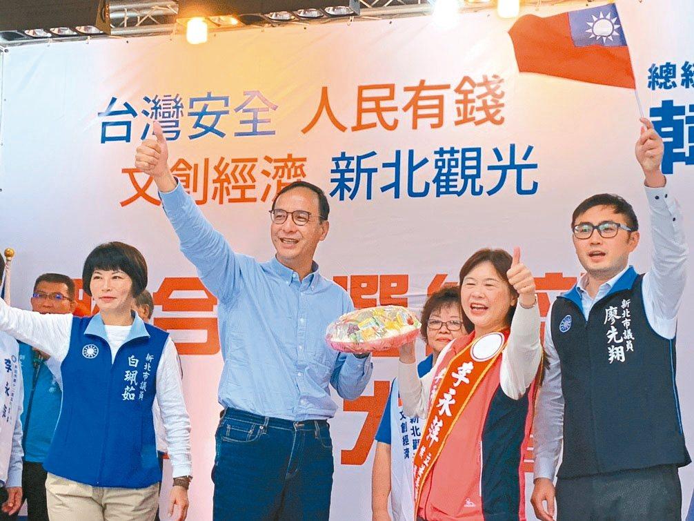 新北市前市長朱立倫(左二)昨天到萬里為李永萍(右二)站台造勢。 記者游明煌/攝影