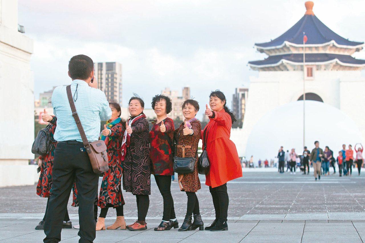 陸客來台人數大減,中正紀念堂擠滿陸客的盛況不再;蔡政府則在選前撒幣,補助旅遊業。...