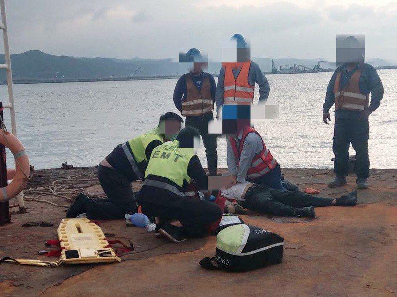 中油天然氣站接收站下午四點多發生工安意外,多名移工落海,海巡與消防人員全力搶救。記者巫鴻瑋/翻攝