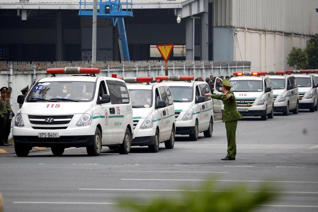 英國救護車正在運送貨櫃屍案罹難者遺體。(歐新社)