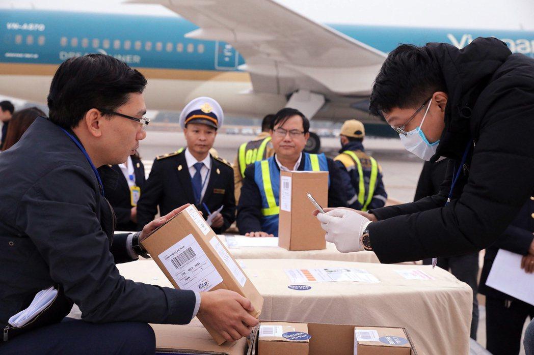 最後一批英國冷凍貨櫃屍案罹難者遺體在11月29日終於運抵越南河內內排國際機場。(...