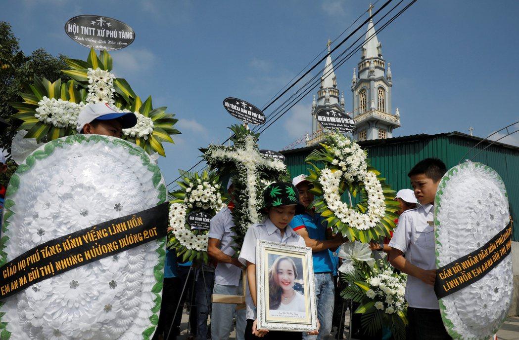19歲的裴氏南是貨櫃屍案罹難者之一,她的親戚正為她舉行葬禮。(路透)