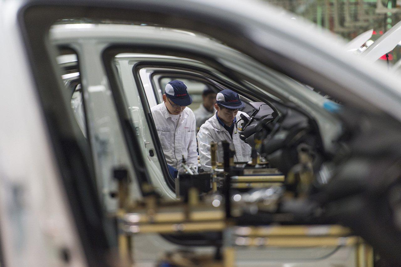 不滿汽車零組件關稅降低案將落空,由七大汽車企業工會組成的台灣機械業工會聯合會理事...