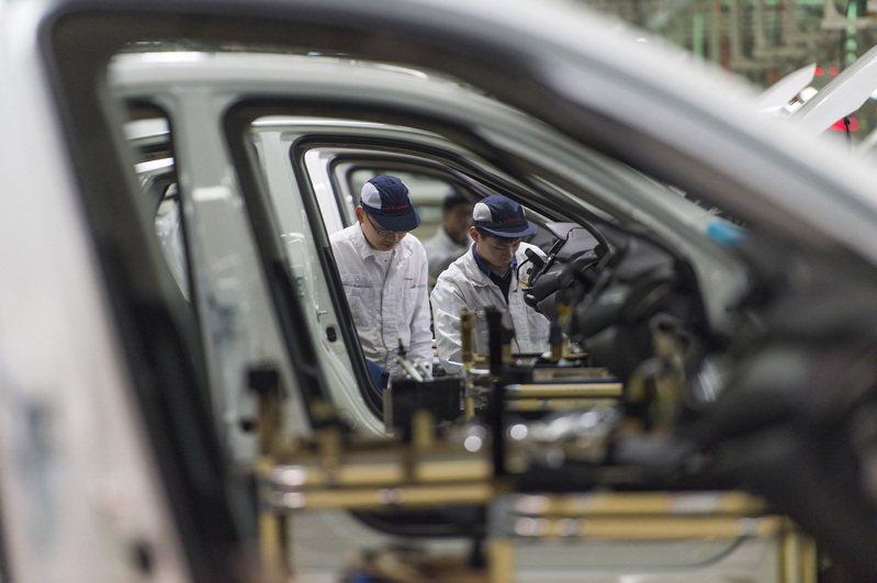 不滿汽車零組件關稅降低案將落空,由七大汽車企業工會組成的台灣機械業工會聯合會理事⾧段維中表示,若時代力量與民進黨仍無法提出不復議承諾書,將率七大車廠企業工會上街頭抗議。 美聯社