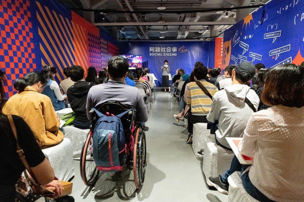 身障朋友到場聆聽座談,並分享近年來參與藝文活動對的心得。 圖/吳欣穎攝
