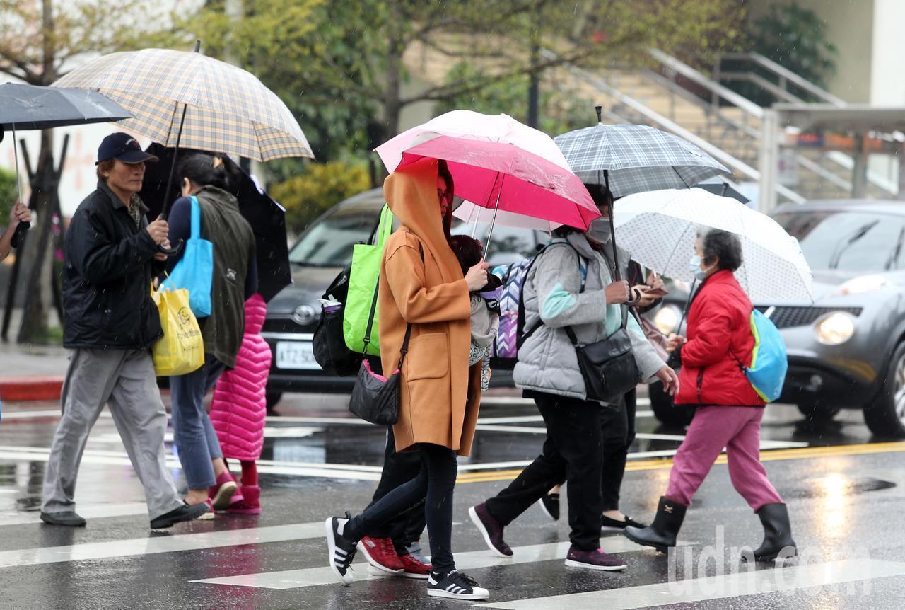氣象局今天指出,明天(4日)受東北季風影響加上南方雲系北移,全台各地降雨機率明顯...