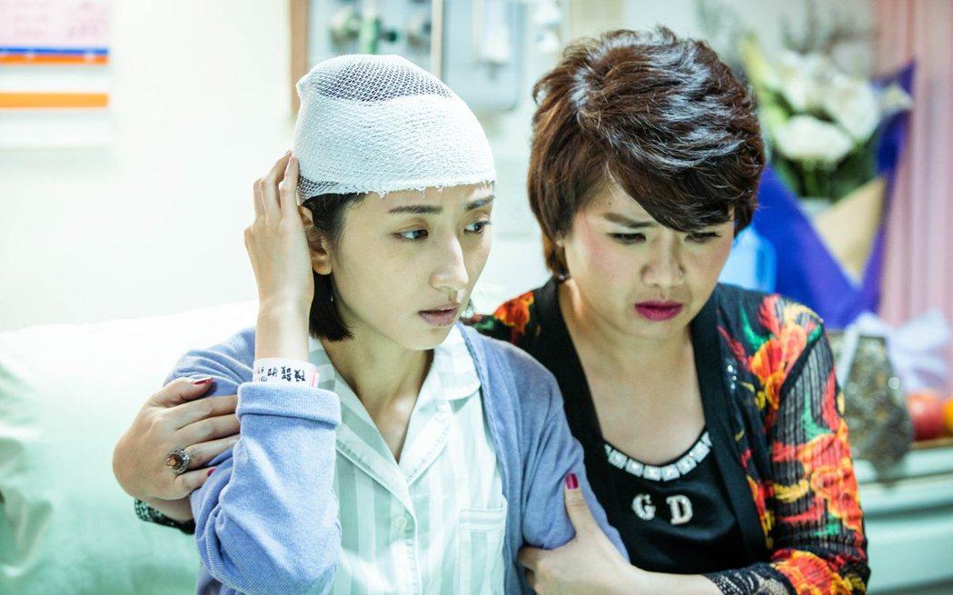 嚴藝文(右)在「想見你」戲中飾演柯佳嬿的媽媽。圖/中視提供