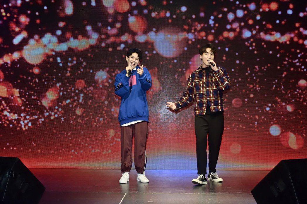 陳廷軒(左)慶生會,好友卞慶華站台。圖/唱戲世界娛樂提供