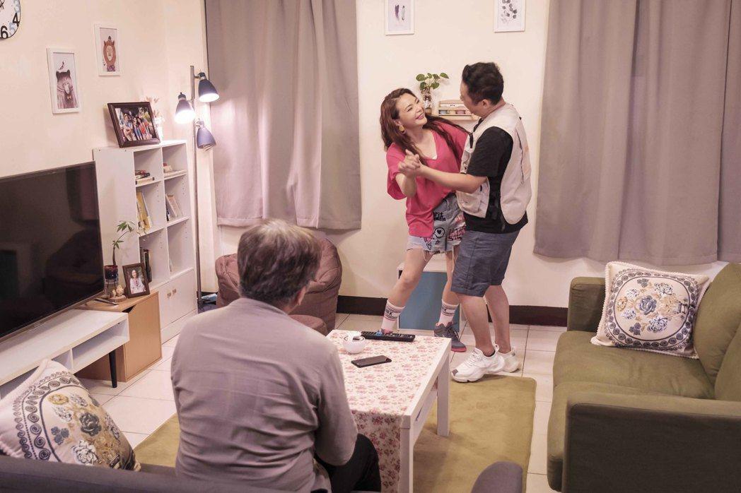 小甜甜(左)戲中與卜學亮大談父女戀。圖/華視提供