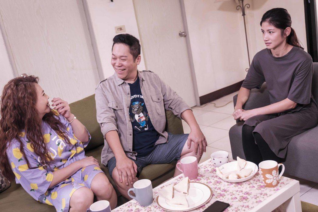 小甜甜(左起)飾演卜學亮第二春、李千那的繼母。圖/華視提供