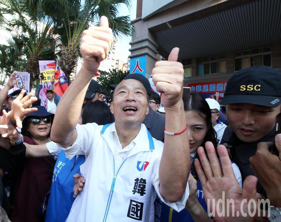 國民黨總統參選人韓國瑜今天回防高雄,連趕8場為黨籍立委參選人輔選,所到之處民眾擠爆。記者劉學聖/攝影