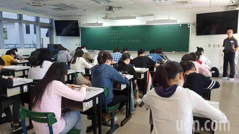 考生已有兩年學測國寫測驗的試題,可以進行題型練習與寫作模擬,找到好方法,刻意練習,必能下筆有神。記者張曼蘋/攝影