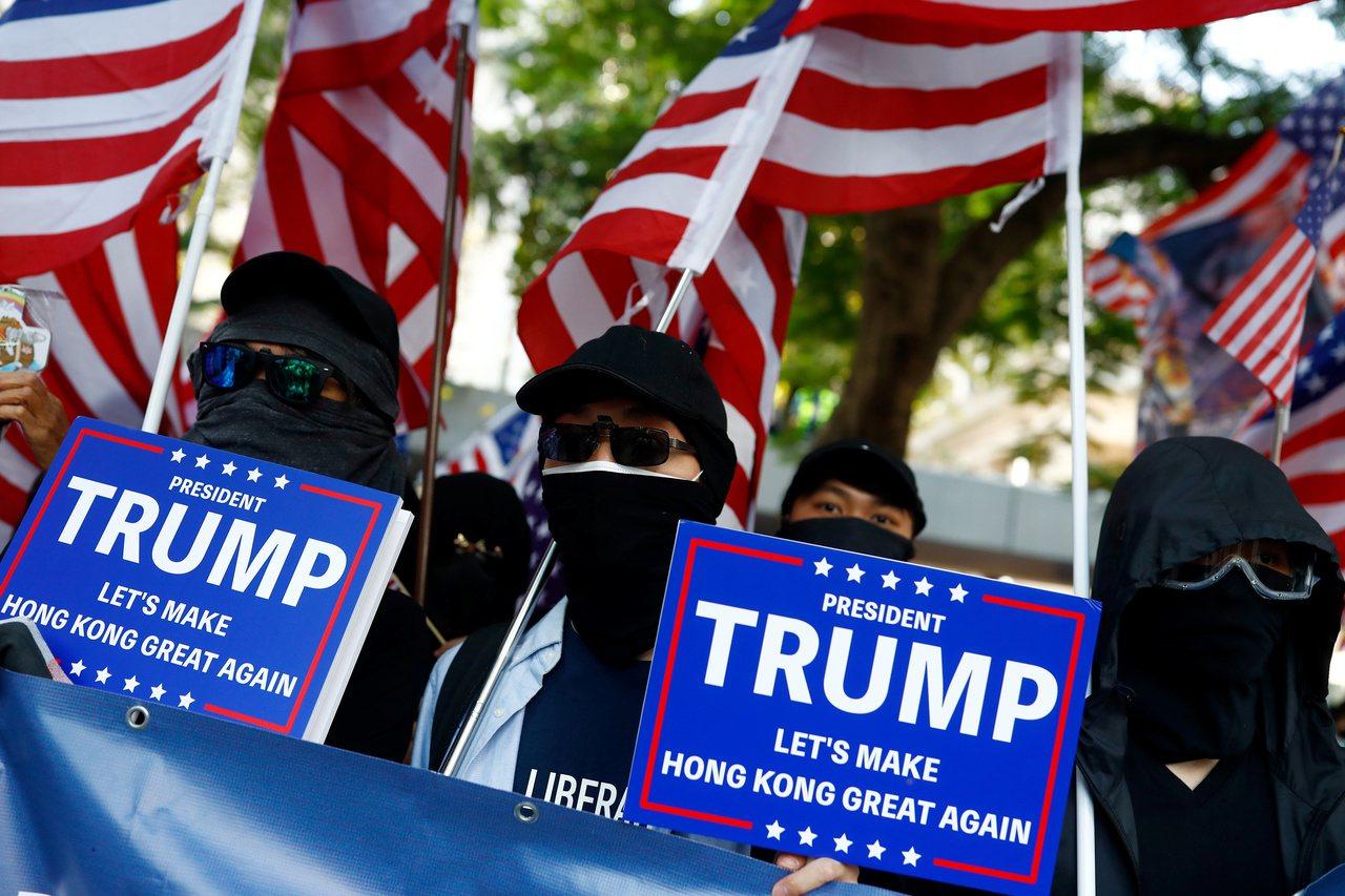 香港有大批市民在中環遮打花園出席集會,感謝美國通過《香港人權與民主法案》。取自路...