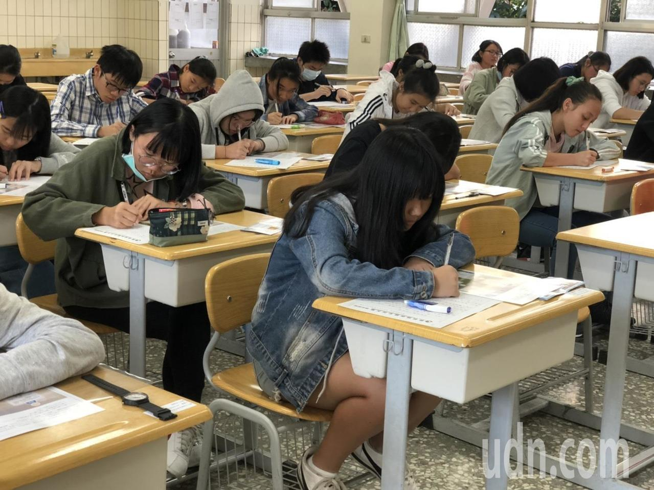 聯合盃作文大賽,考試題目多元,讓考生深覺有挑戰性。記者陳秋雲/攝影