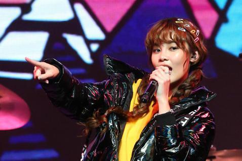 李佳歡今天在台北舉辦「赴約-李佳歡 開放世界」演唱會,這是她出道一年的首場演唱會,好友潘嘉麗、吳汶芳也同台助唱,現場吸引400位聽眾。